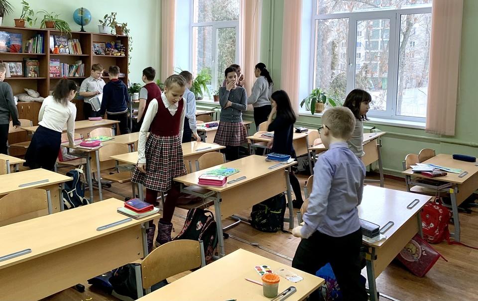 Школьники много времени проводят сидя - это может ускорить развитие сколиоза.