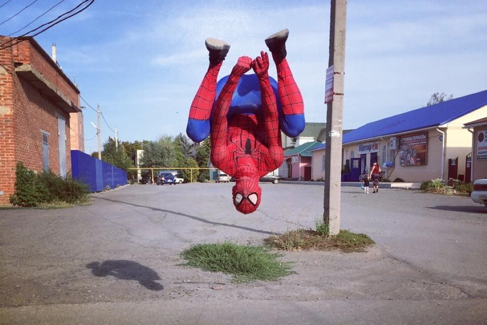 Сначала человек-паук - любитель паркура стал удивлять жителей родного поселка. Фото: личная страница Устархана Бекмурзаева ВКонтакте