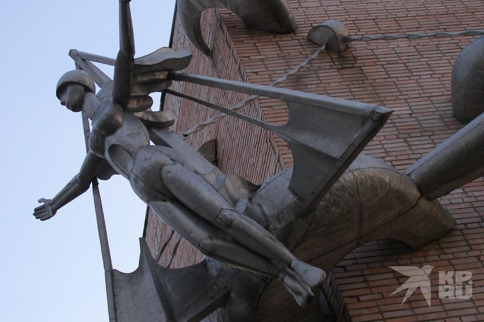 Мэрия Рязани высказалась о судьбе скульптуры на фасаде ДК Птицеводов.