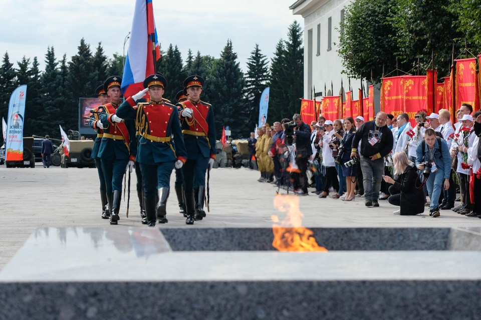 На Пискаревском мемориальном кладбище возложили цветы и венки в память о 80-й годовщине начала блокады Ленинграда