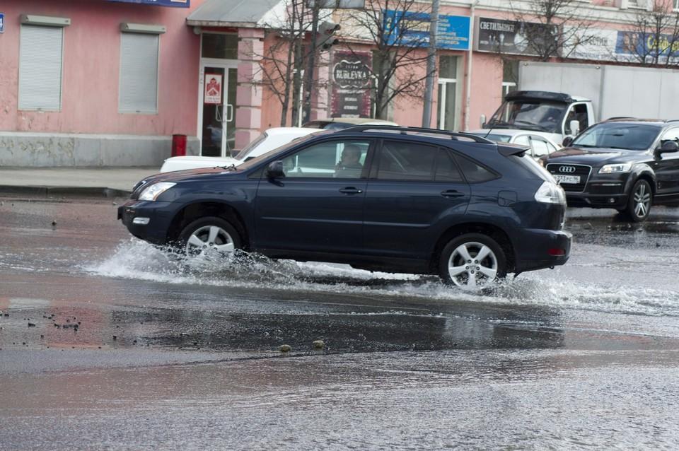 Во время дождей следует избегать резких маневров и движения с высокой скоростью