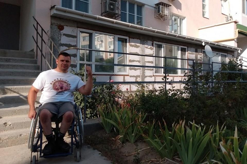 Инвалид-колясочник из Евпатории отстаивает право на доступную среду. Фото: Дмитрий Павлов/Вконтакте