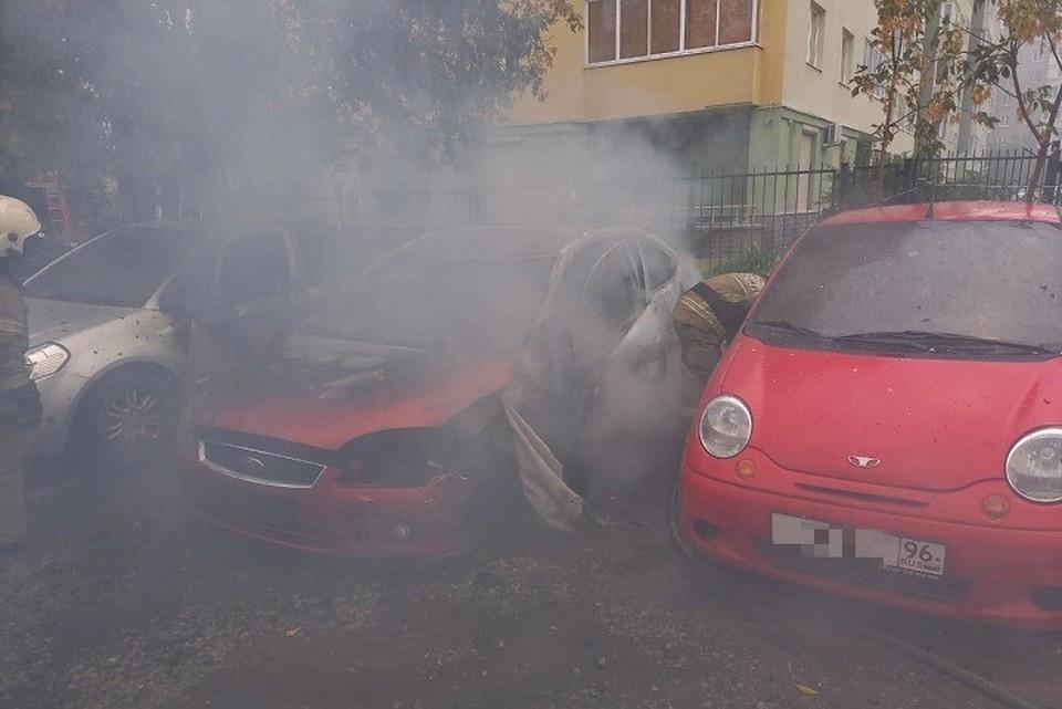 Автомобиль тушили пять человек личного состава МЧС Фото: ГУ МЧС по Свердловской области
