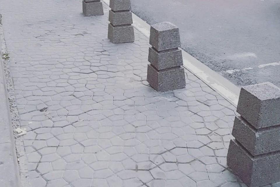 Парковочные карманы заставили столбиками. Фото: соцсети