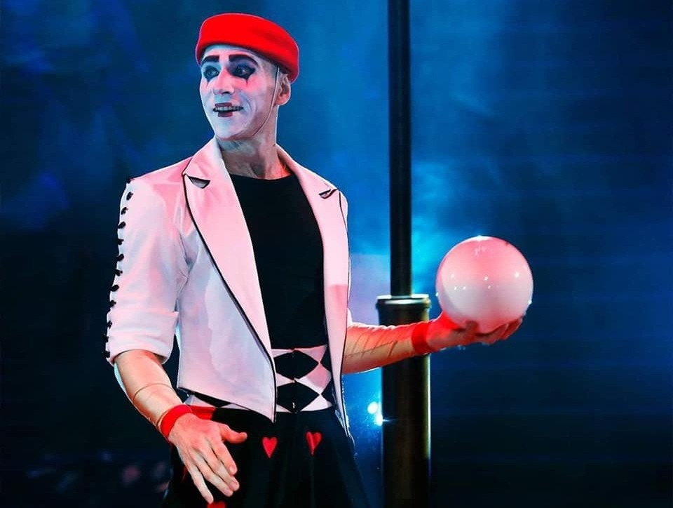 Рекорд циркача могут признать и на международном уровне. Фото: пресс-служба омского цирка