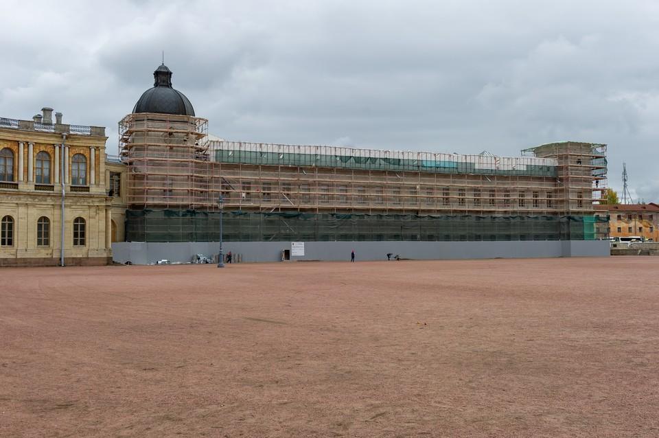 Более 19,8 млн рублей выделено на реставрацию окон и дверей двух фасадов Гатчинского дворца