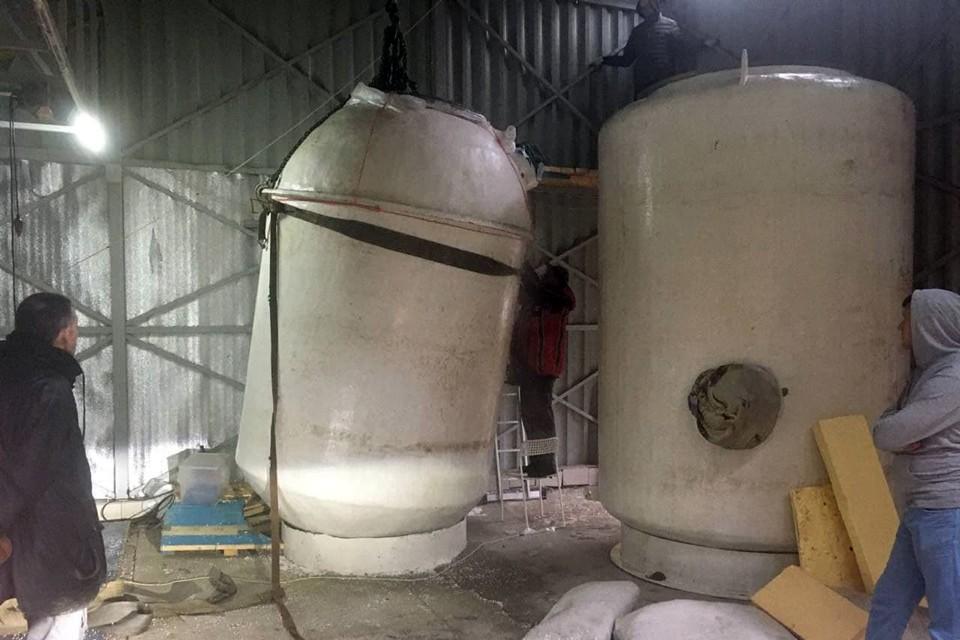 Из дьюара, где хранят криопациентов, сливают жидкий азот. Фото: Алексей Самыкин