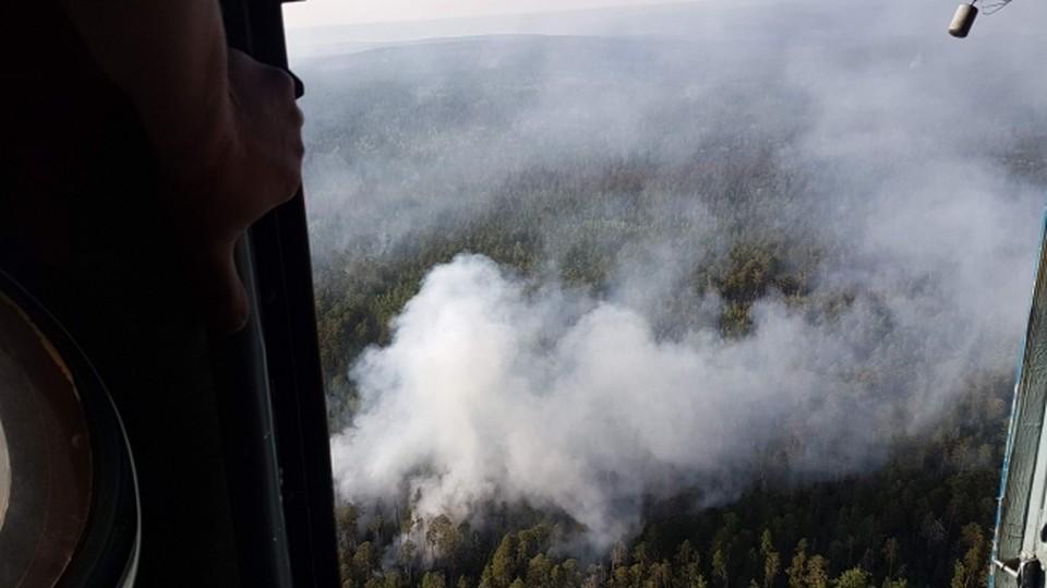 В тушении лесного пожара принимает участие вертолет. Фото: пресс-служба ГУ МЧС по Краснодарскому краю