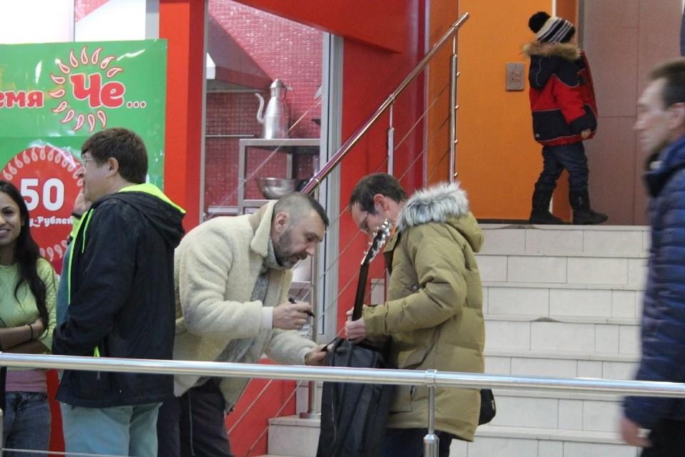 """В Петербурге продают гитару с автографом Шнурова, полученным в очереди за чебуреком. Фото: предоставлено """"КП"""""""