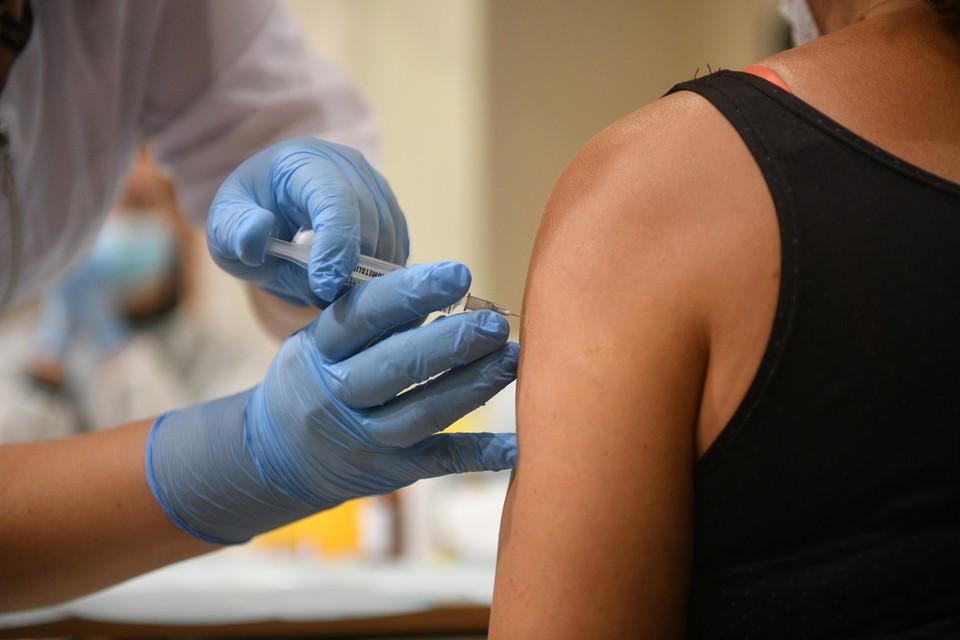 Губернатор призвал участников заседания оперативного штаба активнее призывать людей делать прививки.