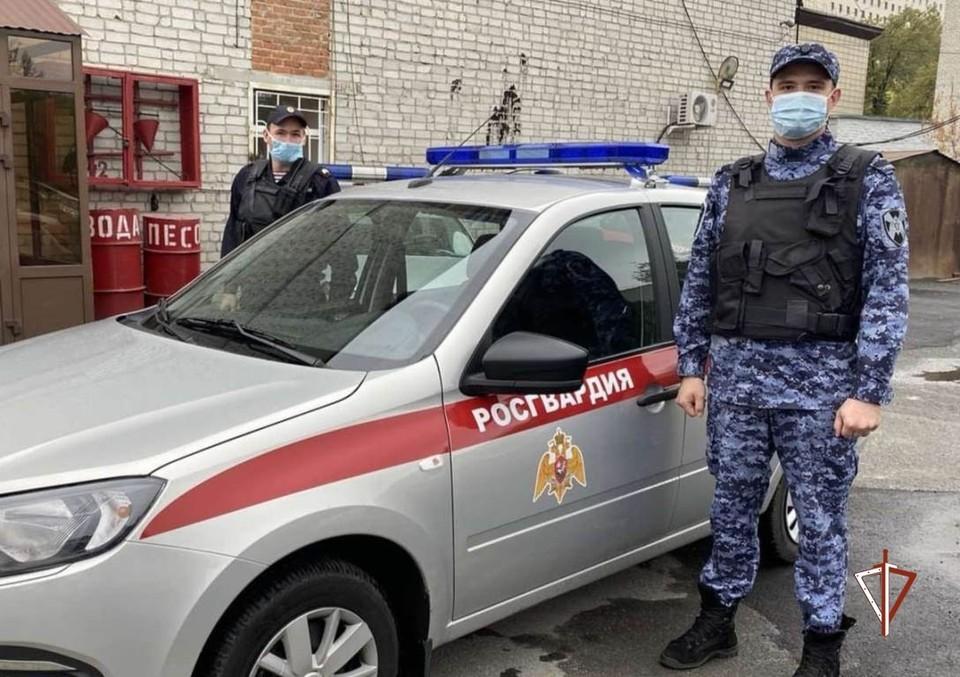 В Тюмени пожилой мужчина разгуливал по улице с пистолетом.