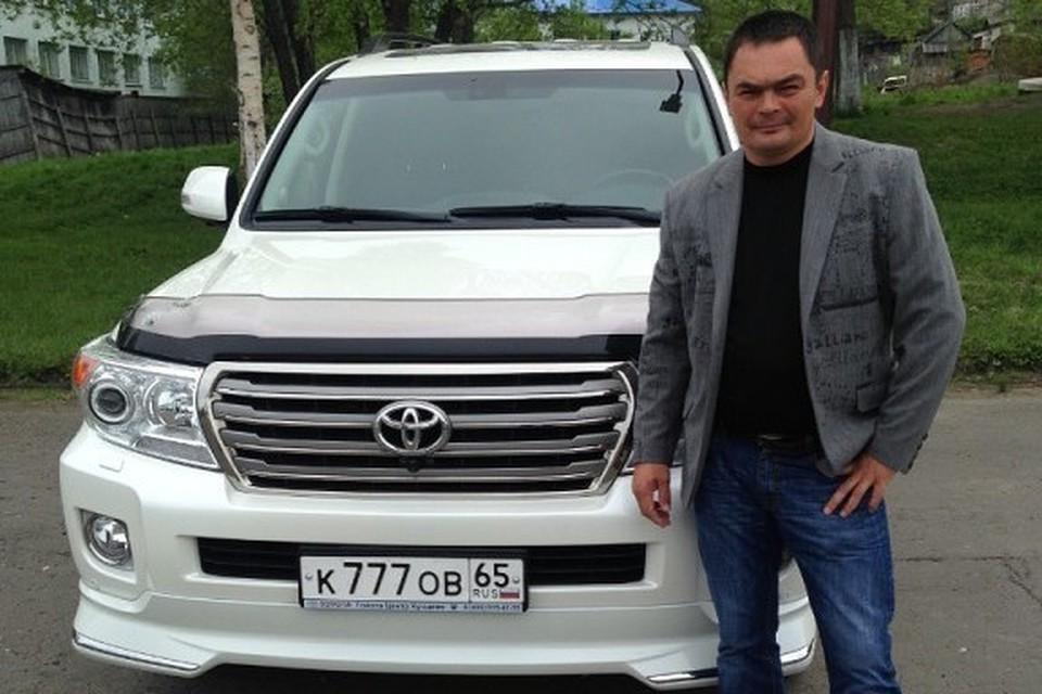 Начальник рыбохраны Макаровского района Артем Стрелков возле своего автомобиля
