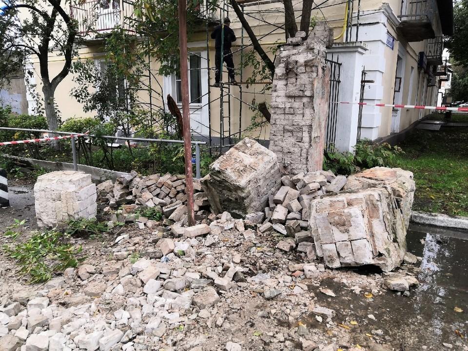 От удара обрушилась кирпичная колонна Фото: vk.com/vktver