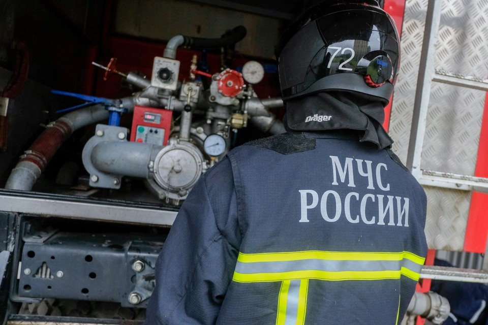 Сотрудники МЧС локализовали крупный пожар в Колпинском районе Петербурга.