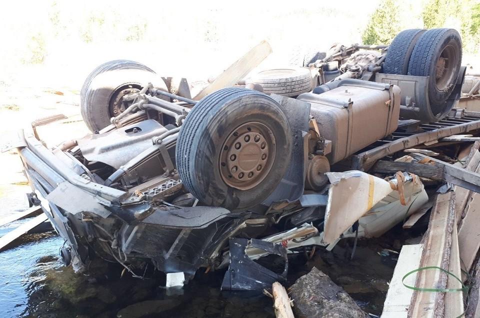 Большегруз упал с моста в реку в Иркутской области