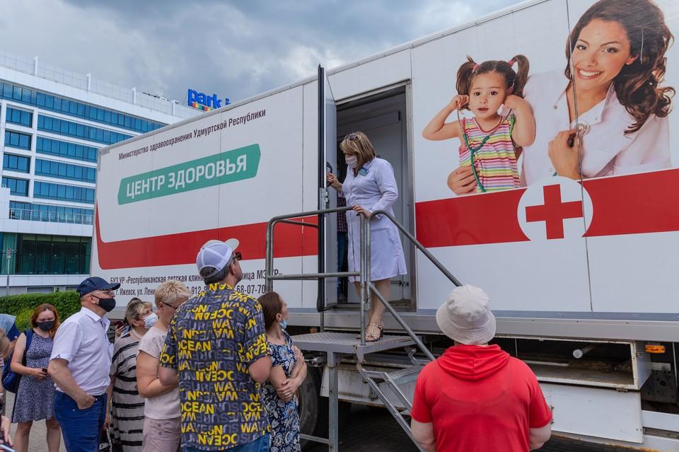 Для повторной прививки подойдет любая вакцина - не имеет значения, какой вы прививались полгода назад. Фото: Ильяс Бекмансуров