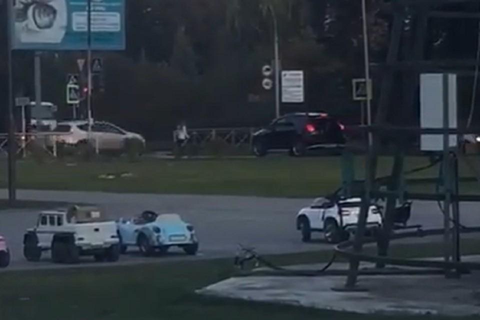 Сибиряков возмутил кроссовер, ехавший по пешеходной дорожке. Фото: стоп-кадр.