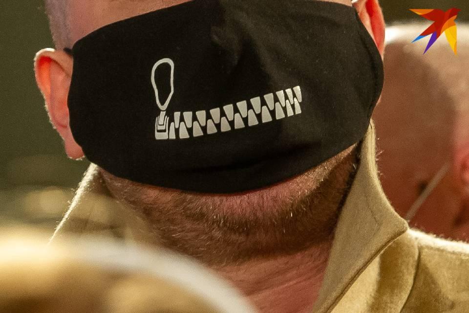 Двух мужчин оштрафовали за нежелание носить маски.