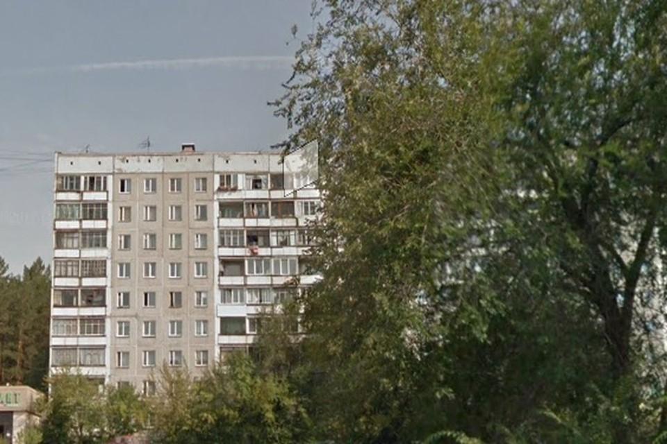 В Новосибирске спасатели вытащили двух человек из горящей квартиры в многоэтажке в Советском районе. Фото: ГУ МЧС по НСО
