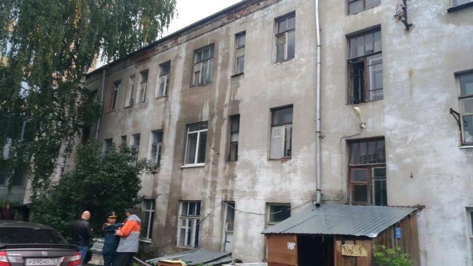 В Тюмени кипятком затопило квартиры дома по улице Орджоникидзе во время подачи отопления.