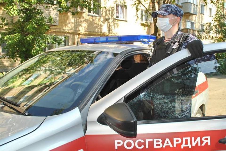 Сотрудники Росгвардии задержали молодого человека в одном из ночных баров на улице Щорса. Фото: 43.rosguard.gov.ru