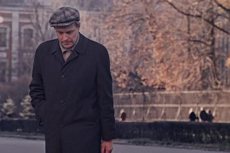 В скверике символически отразили предметы, которыми пользовался Андрей Бузыкин в исполнении Олега Басилашвили. Фото: Кадр из фильма «Осенний марафон»