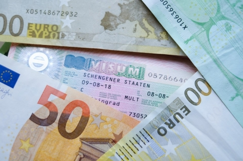 Курс евро упал ниже 85,7 рублей впервые в 2021 году