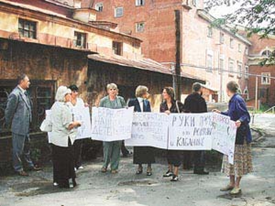 Митинг матерей возле милиции.
