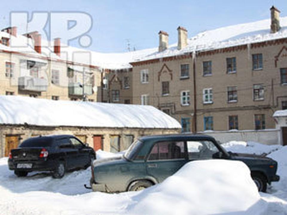 Сотрудники дорожных служб будут разметать снег, и обрабатывать дороги противогололедной смесью