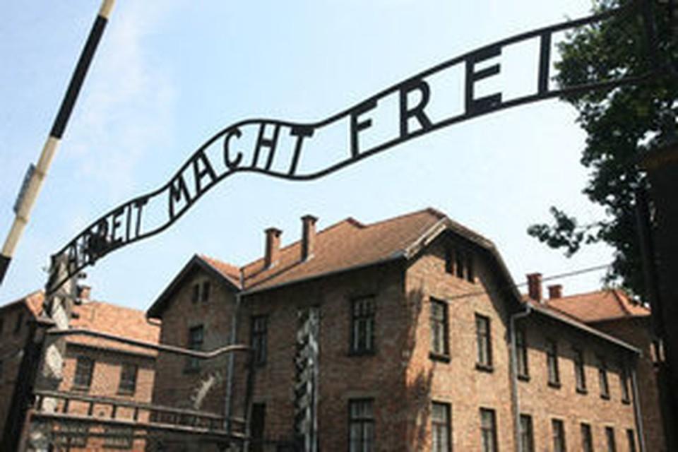"18 декабря 2009 года преступники похитили лозунг ""Arbeit Macht Frei"" с ворот Освенцима"