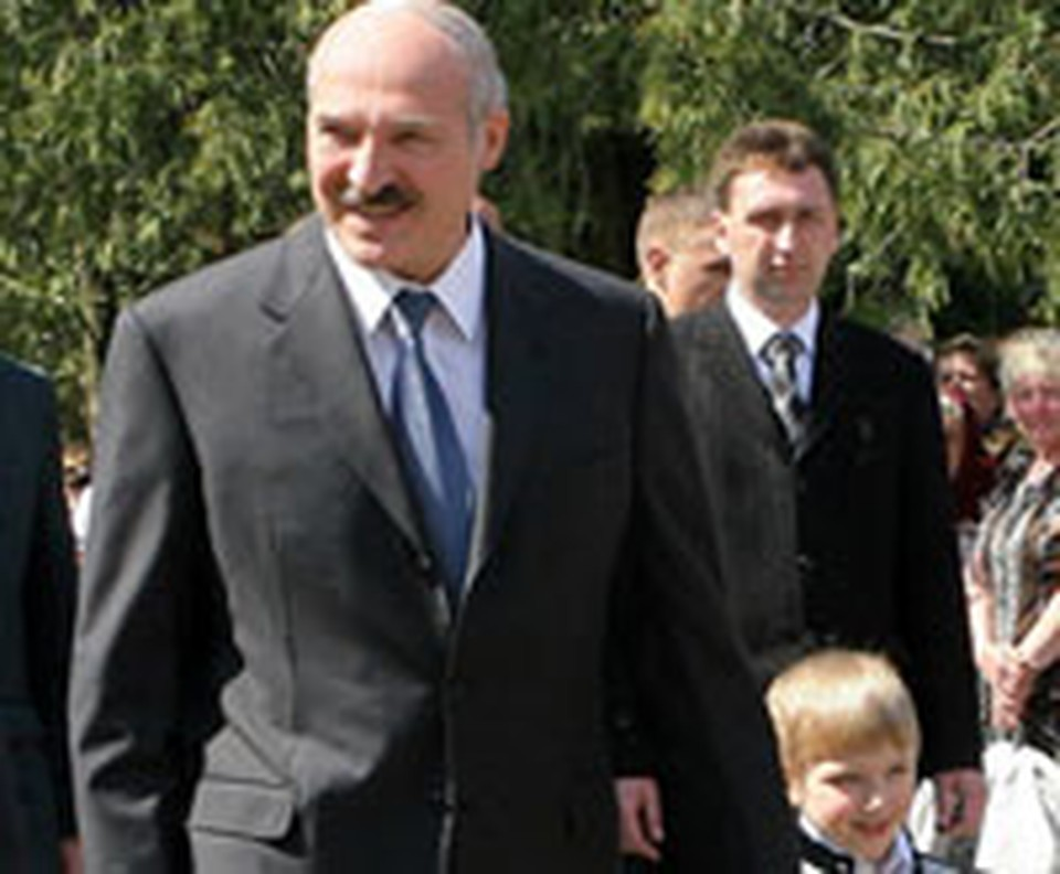 Уже вторые выходные президента на публике сопровождает маленький мальчик.