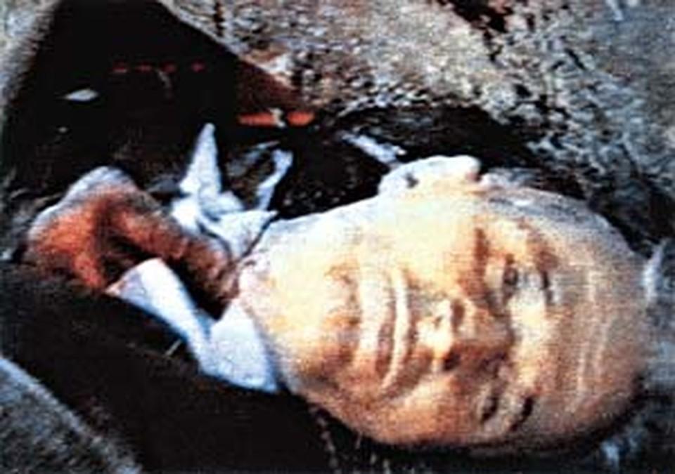 А вот это не фотомонтаж, а реальный снимок расстрелянного Чаушеску.