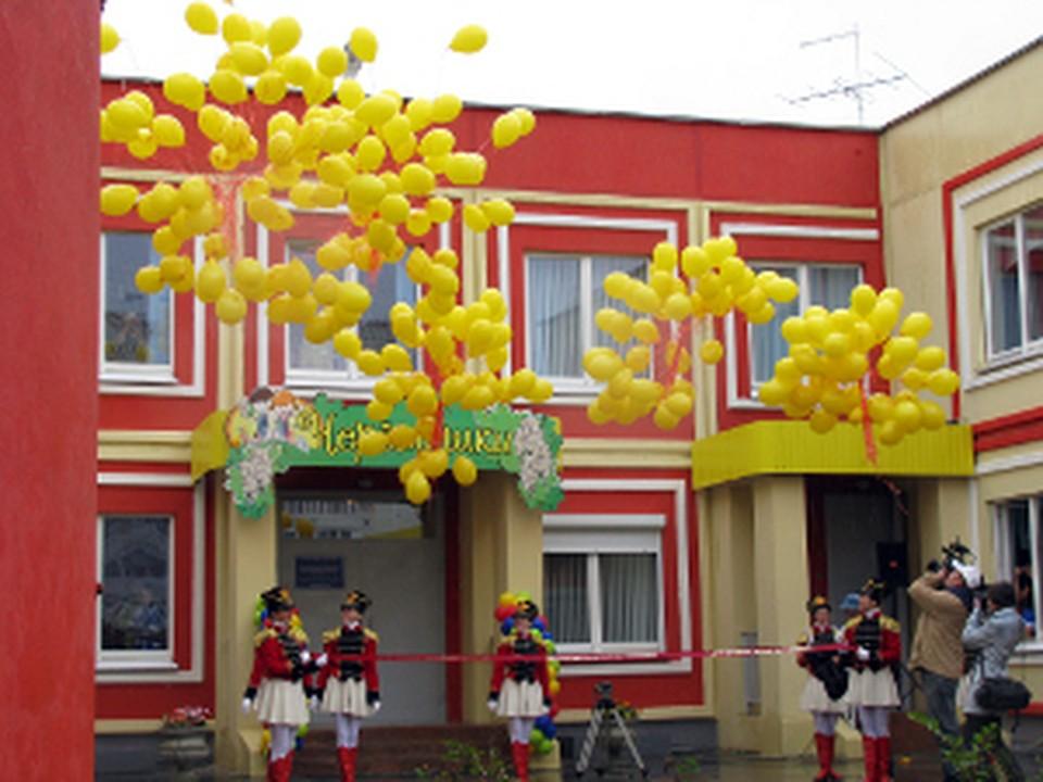 В честь торжества в небо были выпущены десятки солнечно-желтых воздушных шариков.