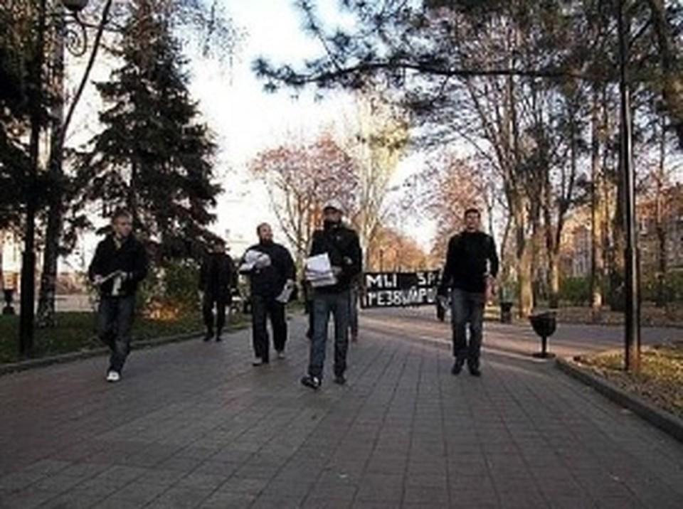 В Ростове на Пушкинской молодежь раздавала горожанам молоко взамен на обещания не пить.