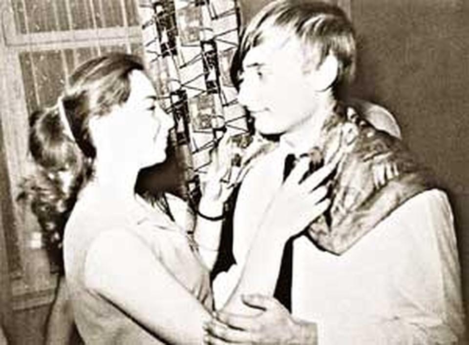 На школьных вечерах Володя пользовался популярностью у девушек.