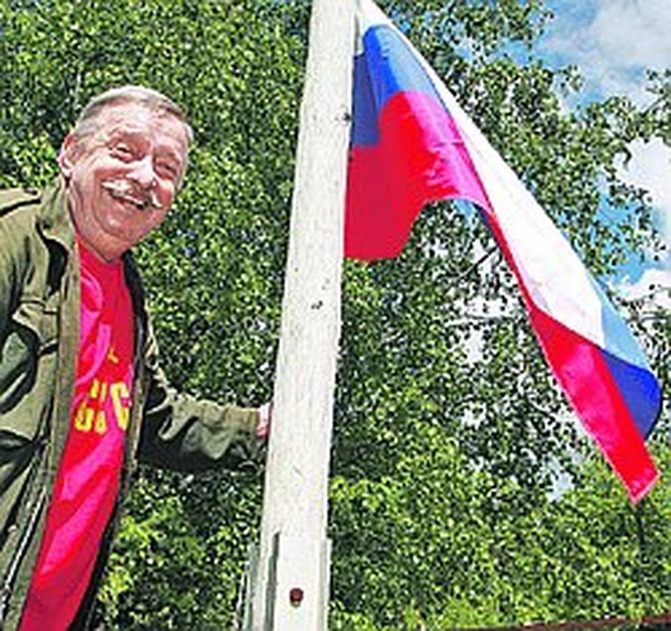 На самом видном месте во дворе у Пьецуха - флагшток с российским триколором.