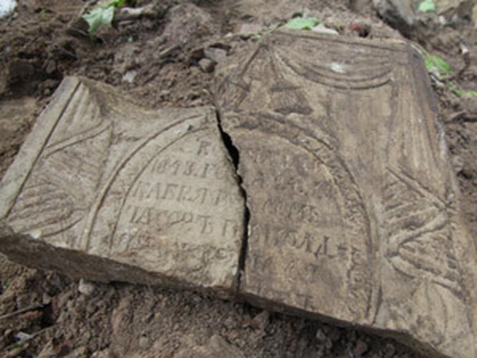 До революции 1917 года рядом с храмом были расположены кладбища