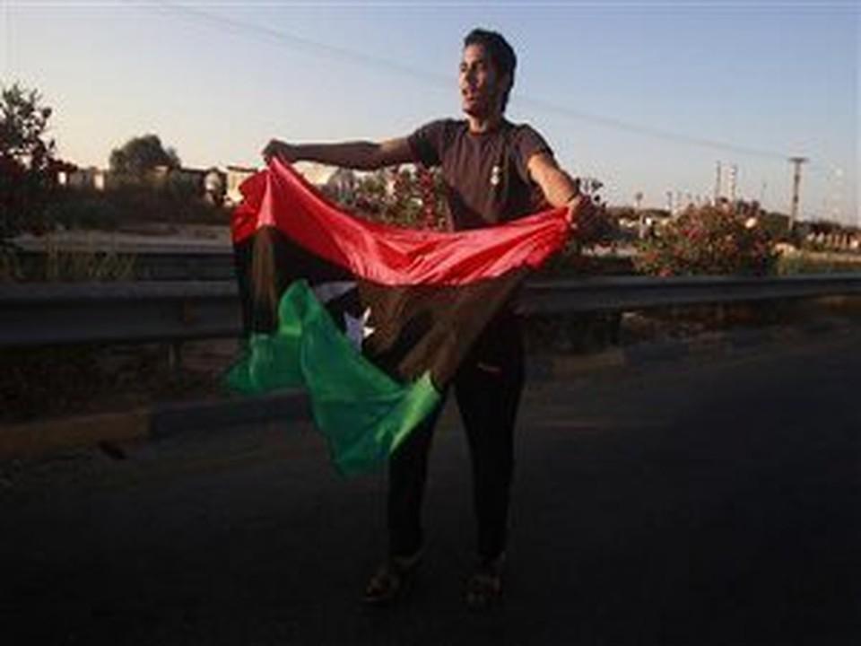 Новый флаг Ливии водрузили над московским посольством