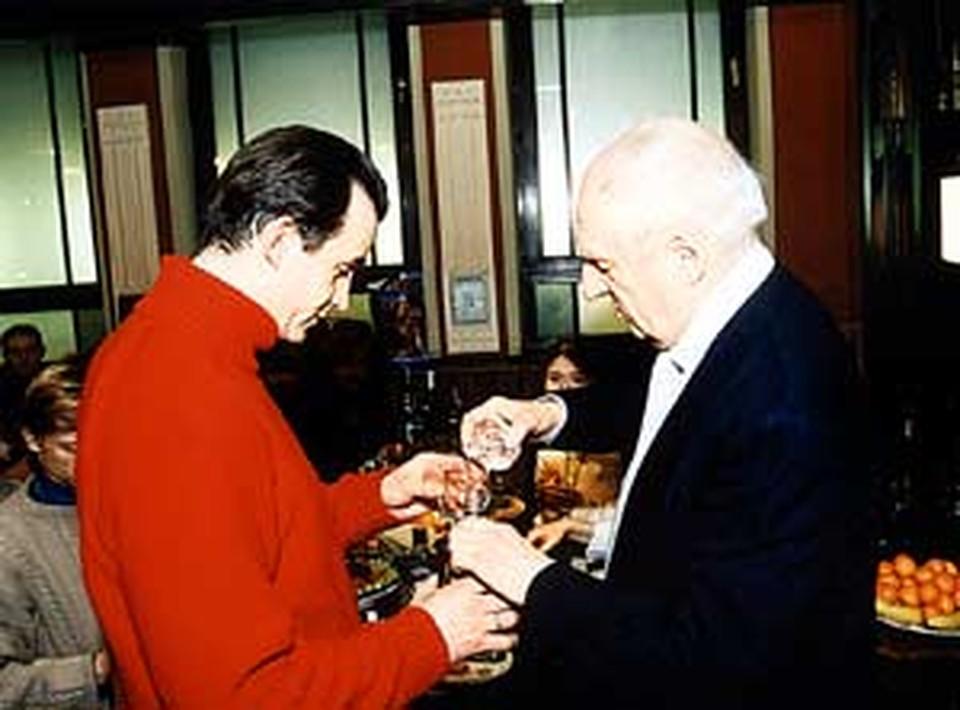 Дмитрий Певцов и Марк Захаров  на банкете напились (воды) и закусили картошечкой с огурчиками.