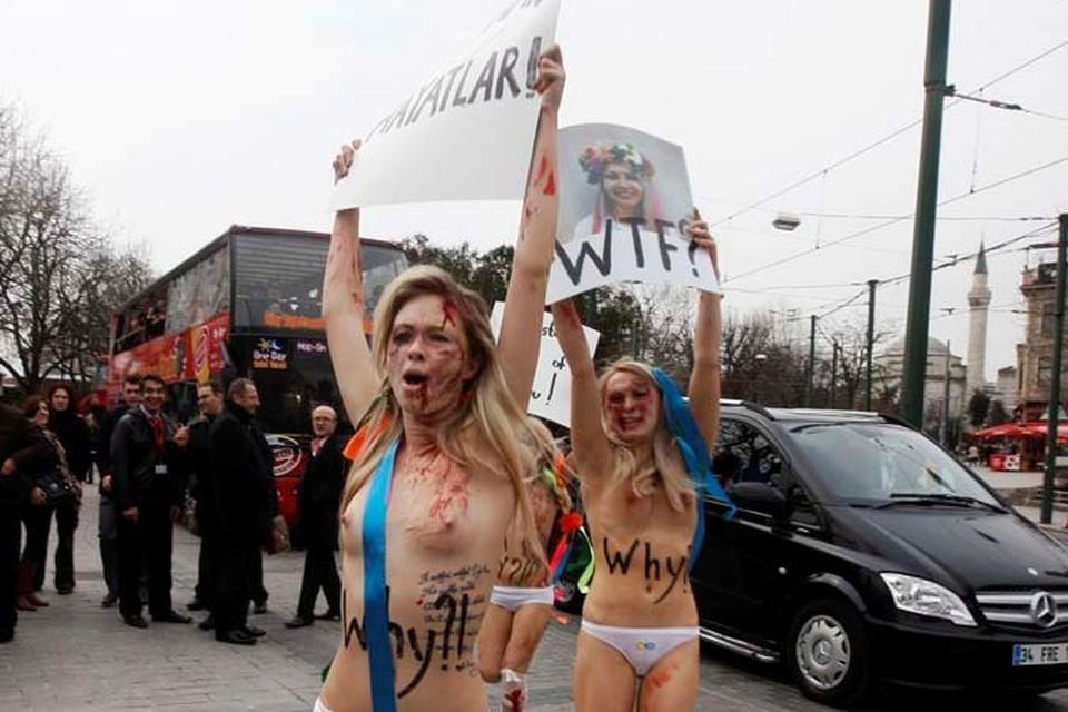 Активистки FEMEN разделись у мечети в Стамбуле