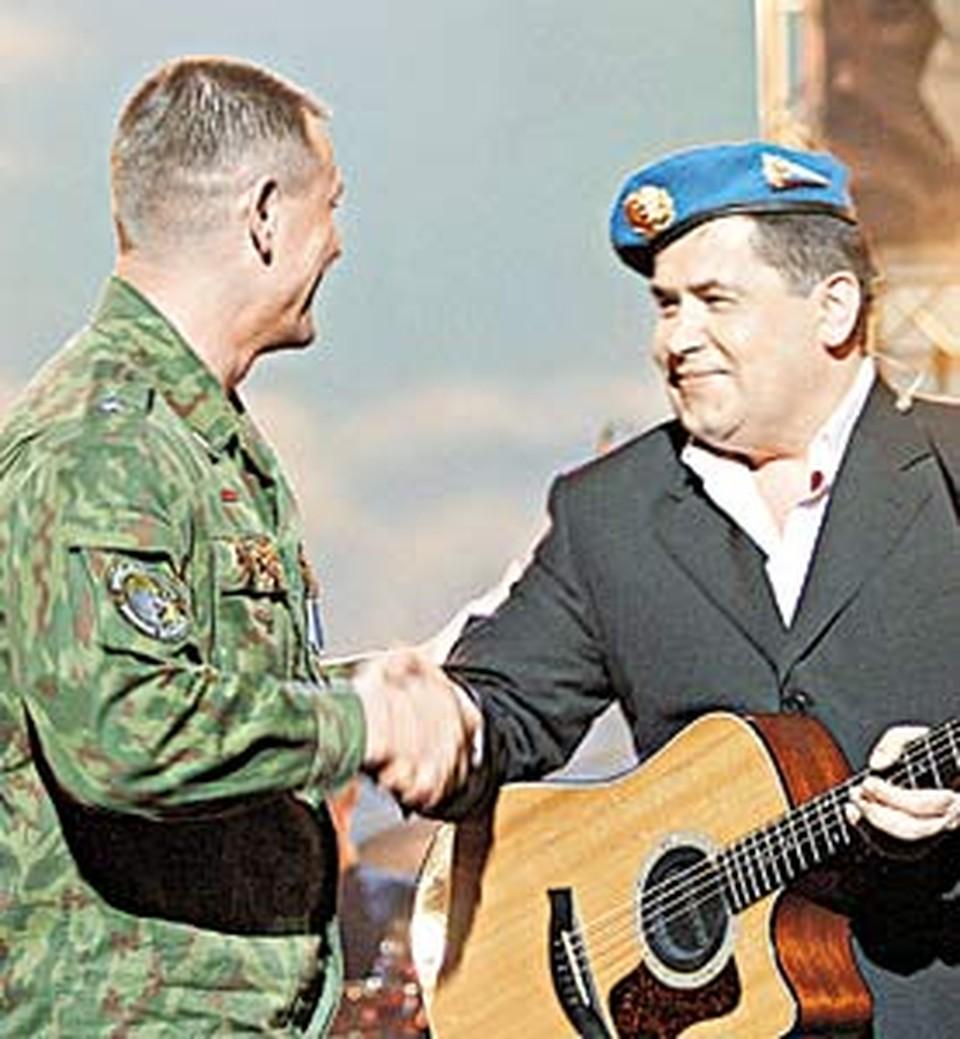 Офицеры, случайно попавшие на обложку диска «Любэ», подарили Расторгуеву десантный берет.