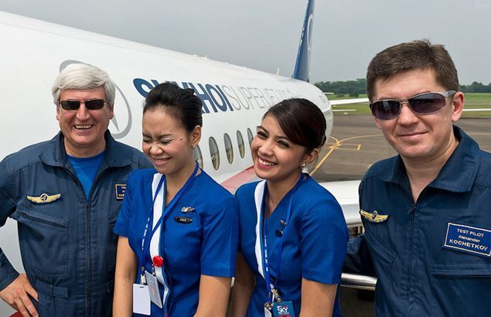 Пилот Александр Яблонцев (слева) и стюардессы - у злополучного лайнера перед взлетом. Они уверены: все пройдет хорошо...