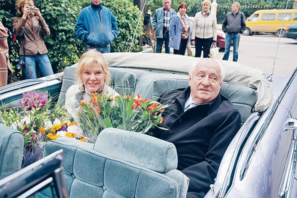 В отношениях Марка Захарова и дочери хватает и цветов, и сложностей - Саша в «Ленкоме» 10 лет промаялась в массовке.
