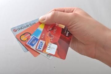 Каждый седьмой россиянин имеет более четырех банковских карточек