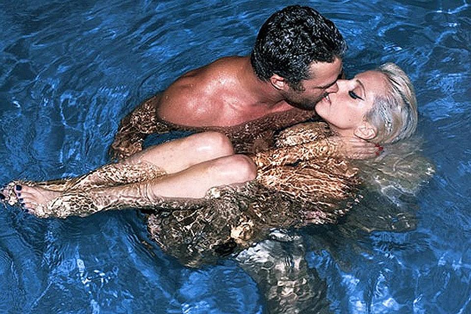 как поцеловать парня в бассейне видео