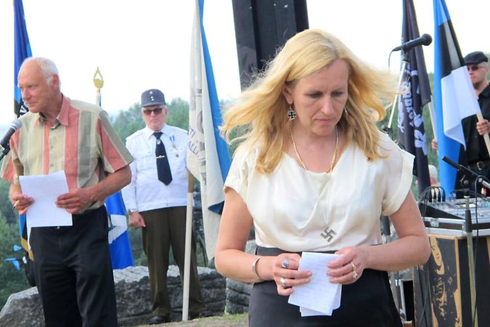 Последний писк неонацистской моды в Эстонии - сережки в виде тевтонского креста и кулон со свастикой на груди.