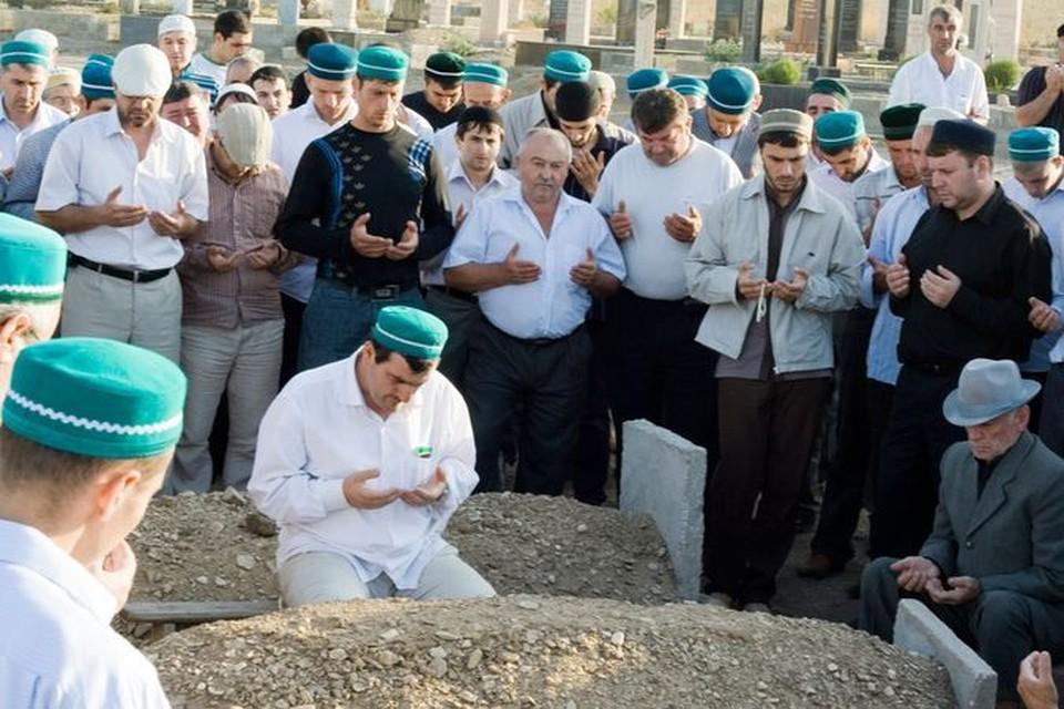 В Чечне запретили хоронить боевиков по мусульманскому обычаю.
