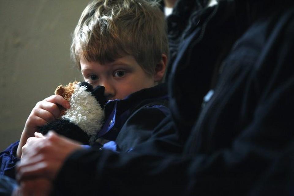 Мальчик на траурной мессе в церкви Ньютауна