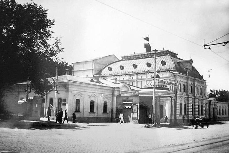 Елку, по традиции, устанавливали в здании Благородного собрания (там, где сейчас размещается кинотеатр «Патрия-Центр»).
