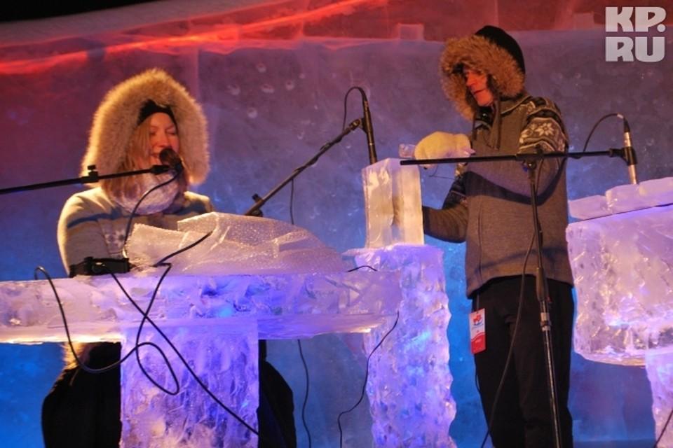 Со сцены неслись стоны арктического ветра, скрип лыжных полозьев, топот и завыванье волков.